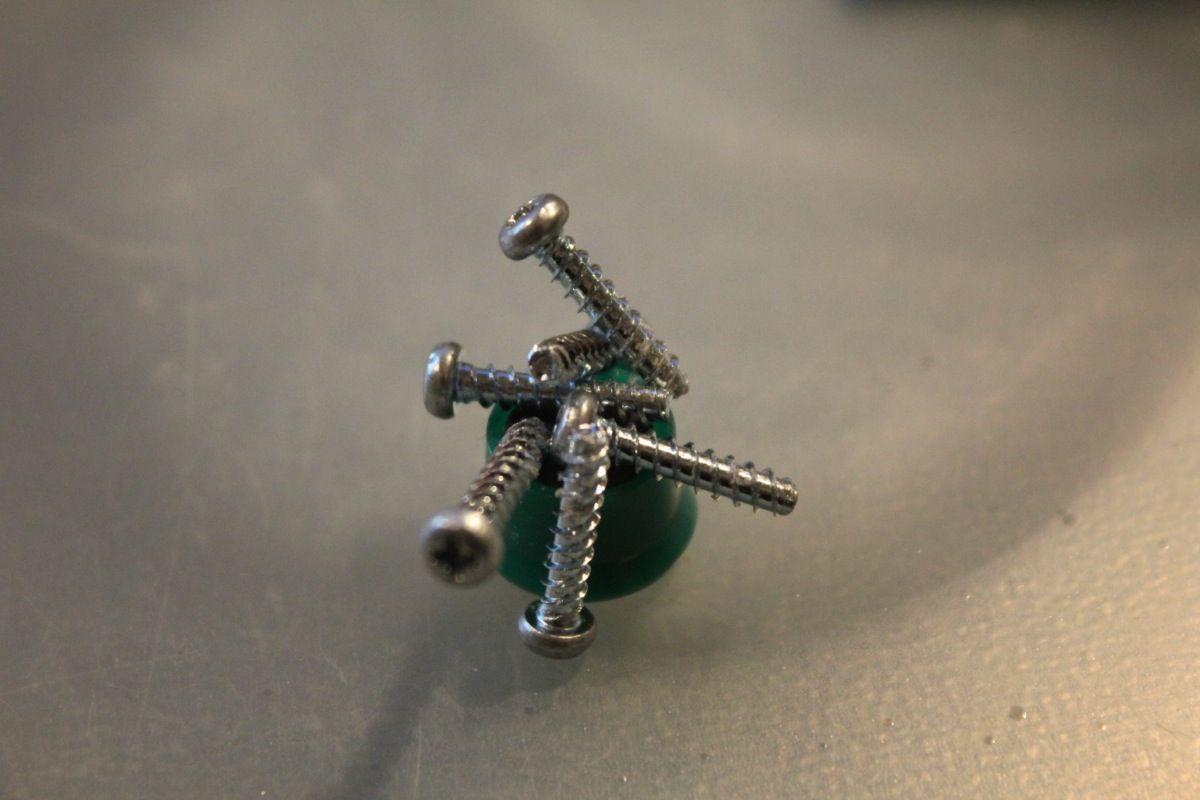 Damit die Schrauben nicht verloren gehen, würde ich euch empfehlen, sie mit Hilfe eines Magneten an einem Platz zu behalten.