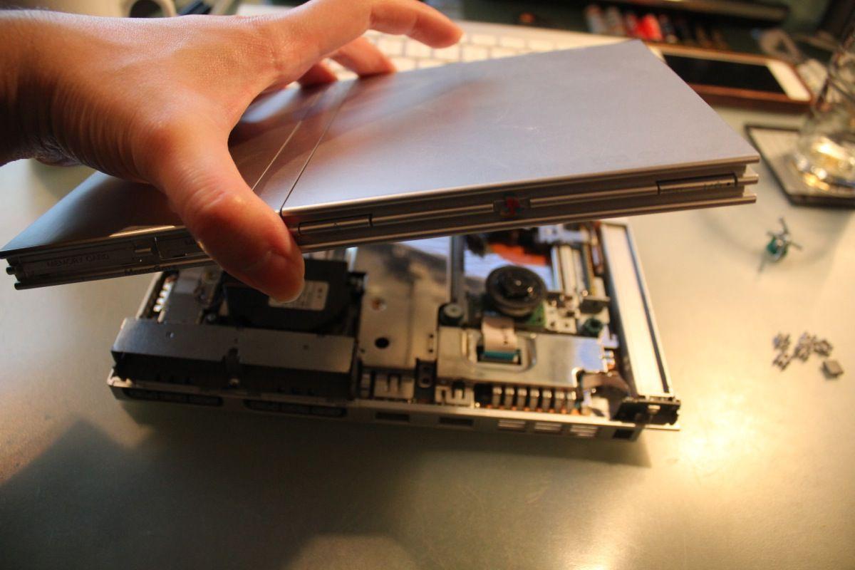 Es sind keine Kabel oder ähnliche Teile mit dem restlichem System verbunden, daher könnt ihr den oberen Teil des Gehäuses bedenkenlos abnehmen.