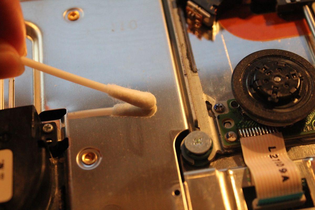 Mit den Wattestäbchen könnt ihr nun den Dreck und Staub von den Oberflächen reiben. Das ist auf den metallenen Oberflächen ungefährlich, aber wenn ihr in die Ritzen geht: Passt auf Kleinteile und Kabel auf!