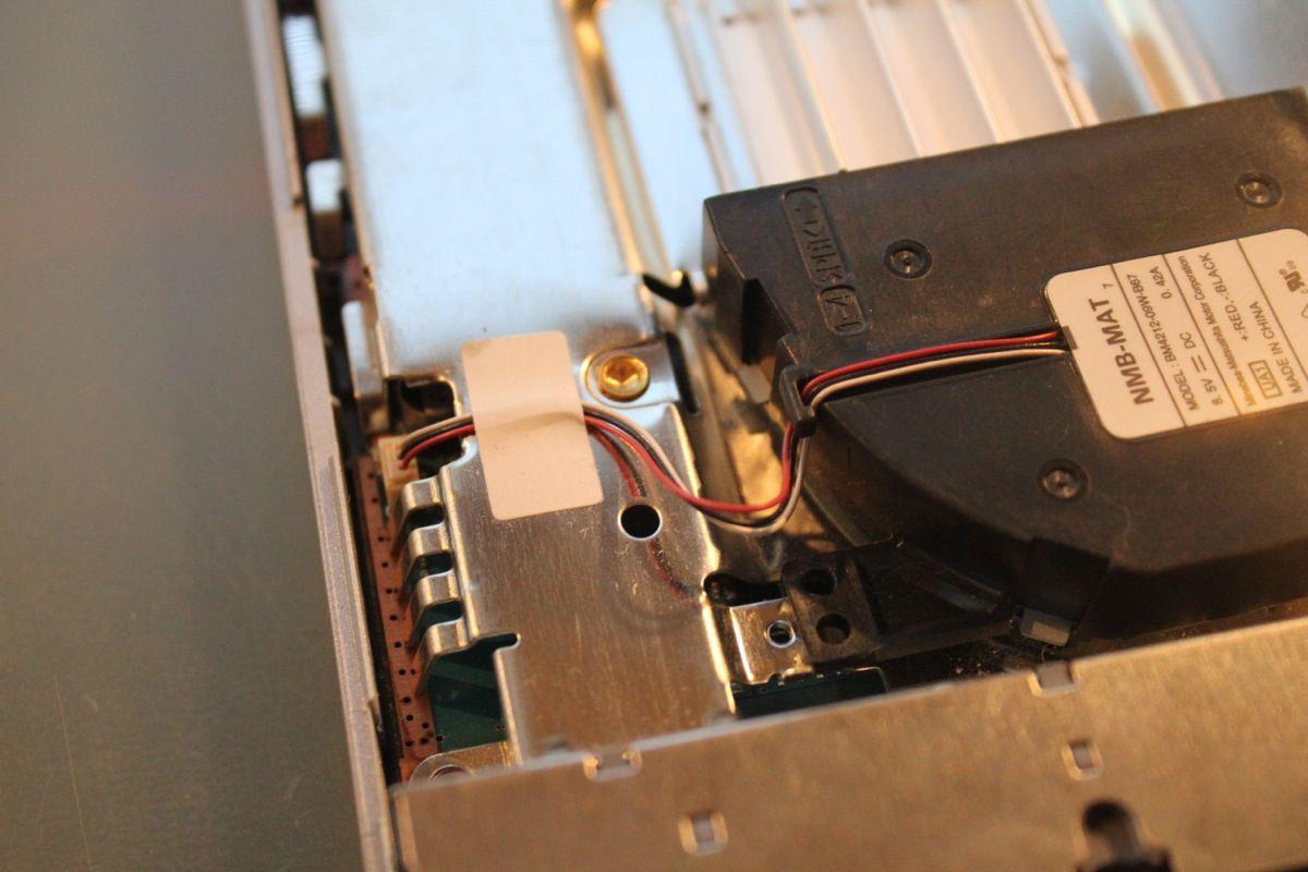 Der Lüfter ist mit einem Kabel mit dem Mainboard verbunden. Wenn ihr geschickt seid, könnt ihr den Lüfter einfach umklappen. Solltet ihr euch unsicher sein, könnt ihr aber auch das Klebeband und das Kabel lösen, um freier agieren zu können. Aber Achtung: Nicht am Kabel reißen oder ziehen. Seid vorsichtig!