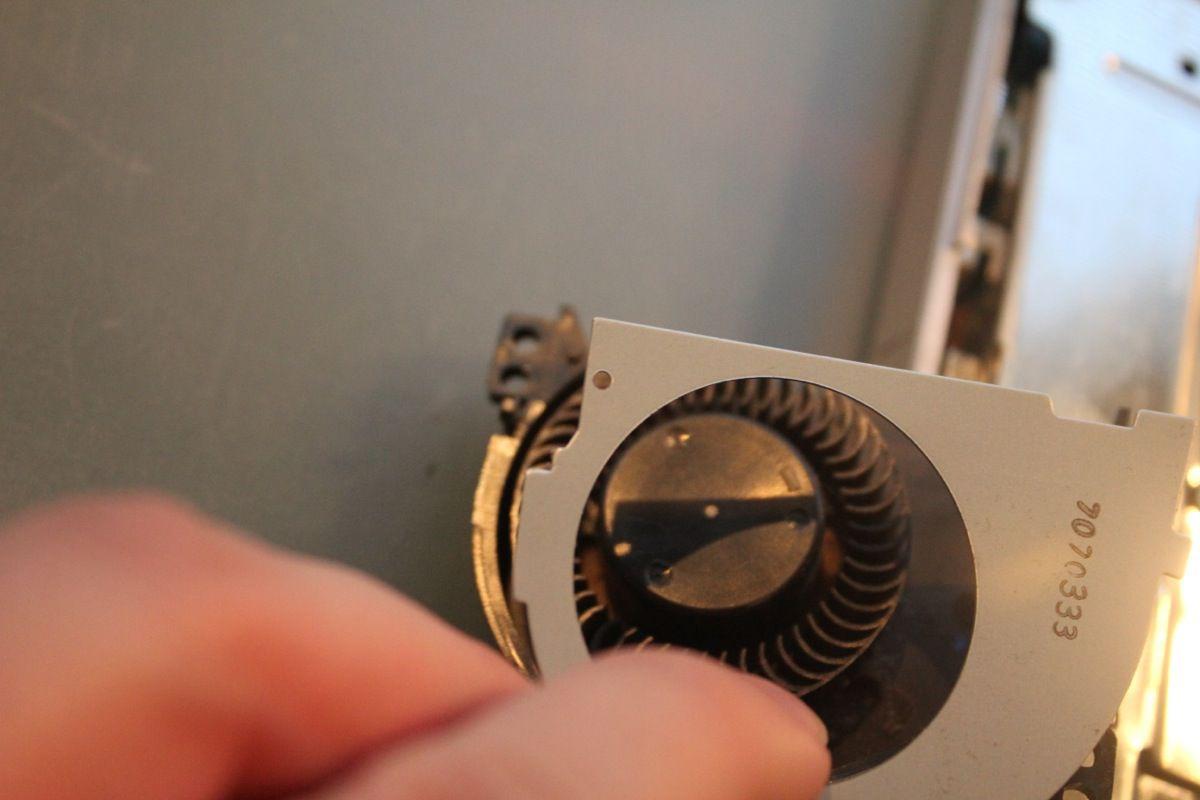Auf der Unterseite des Lüfters ist eine Art metallener Deckel, den ihr beginnend mit der Halterung links oben aushebeln könnt.